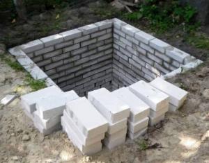 Отдельная выгребная яма для туалета во дворе Макеевка