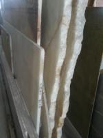 Волшебные оникс и мрамор в плитке и слябах на складе