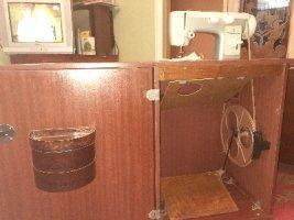 Швейная машина с тумбой Чайка 142