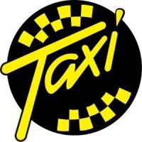 водитель такси с автомобилем